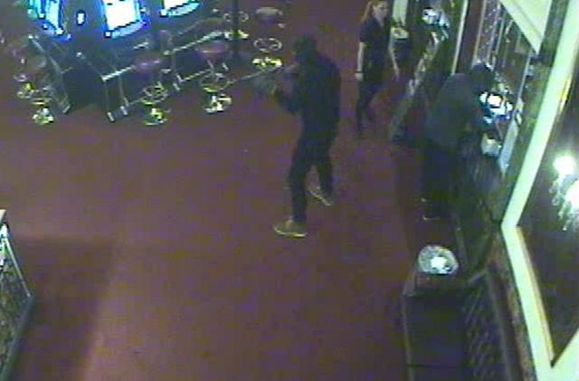 Røverne i færd med at røve Royal Casino. Screencapture fra overvågnignsvideo.