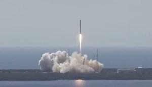 SpaceX 9 kort efter take-off ... to minutter senere eksploderer den. Foto: Nasa.