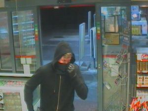 Fyns Politi efterlyser denne mand, som gerningsmand til et røveri mod en Shelltank. Foto: Fyns Politi.