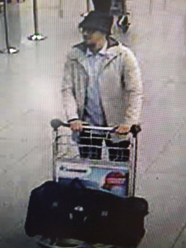Belgisk Politi mistæner denne mand for at være eneste overlevende gerningsmand til bombeangrebet mod lufthavnen tirsdag morgen. Foto: Belgisk Politi.