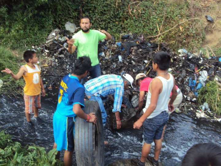 Ricardo Armas junto a los niños del a Comunidad de Itzapa.