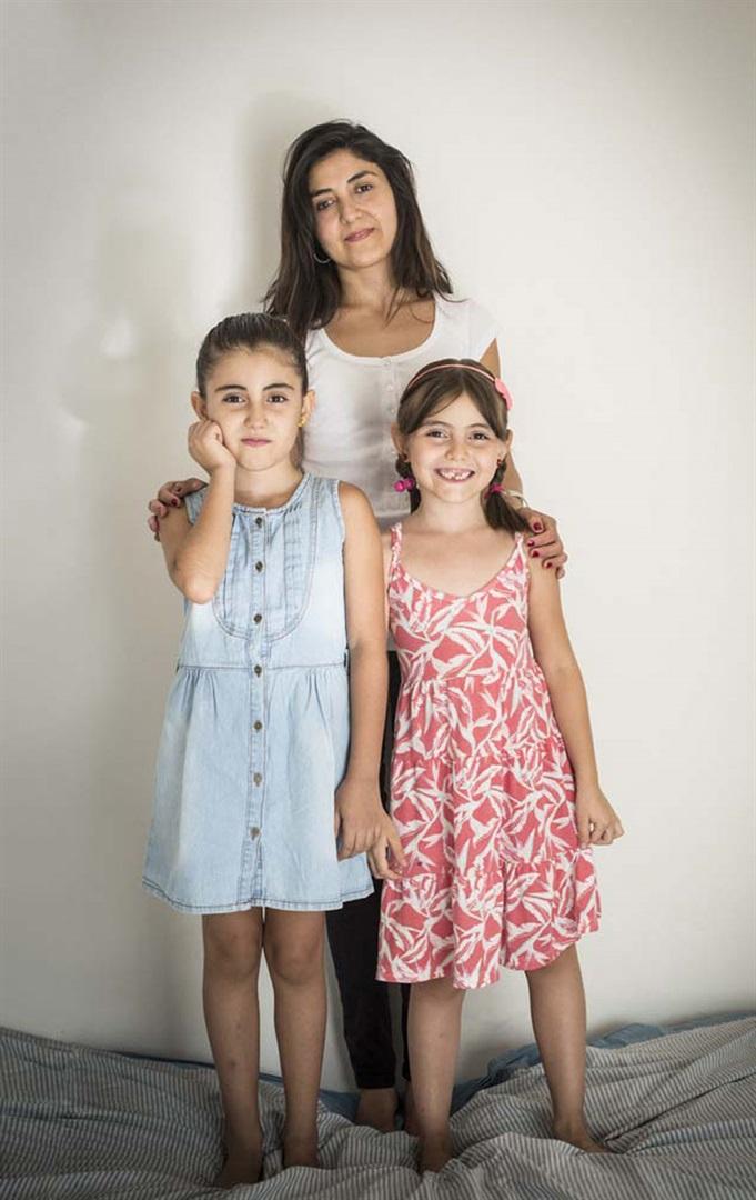 Make con sus dos hijas: Maia, de celeste, y Male. Fuente: Brando - Crédito: Vera Rosemberg