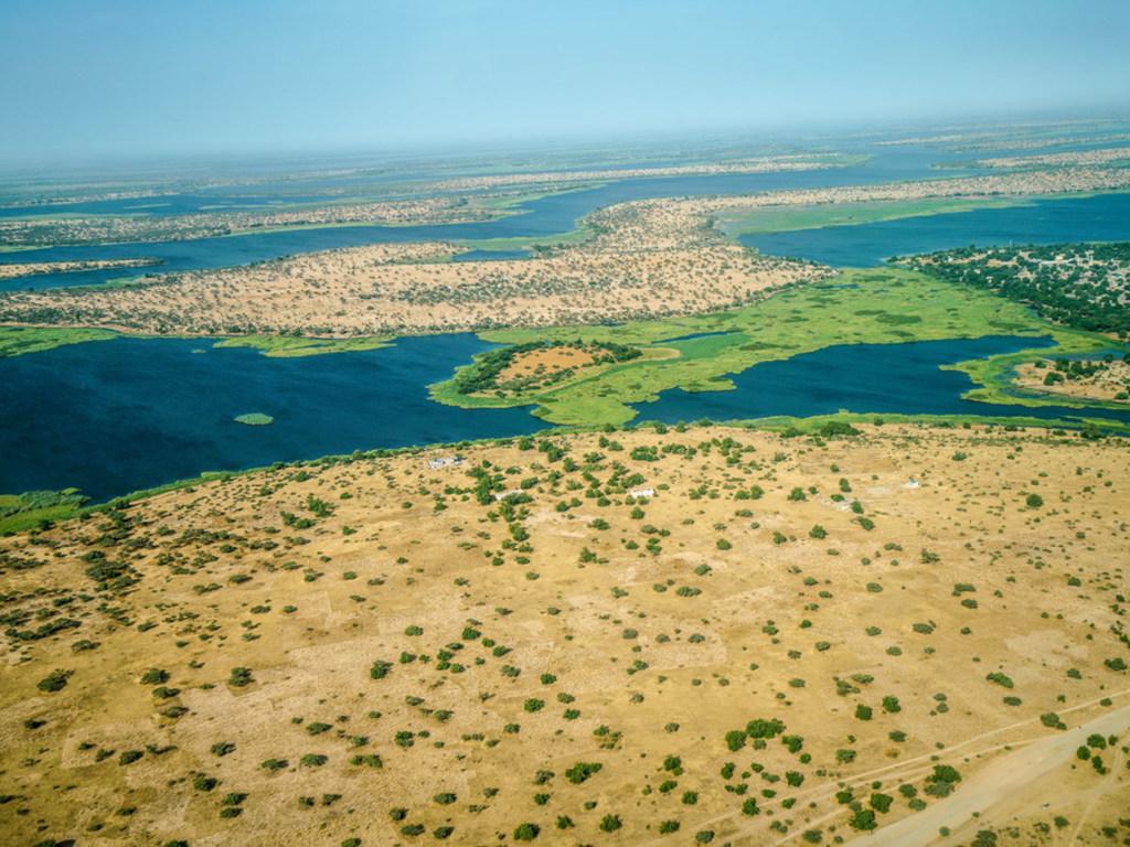 ONU Alerta. Vista aérea del Lago Chad que muestra claramente los efectos de la desertificación. En los últimos 50 años, la cuenca del Lago Chad se ha reducido de 25.000 kilómetros cuadrados a 2.000.