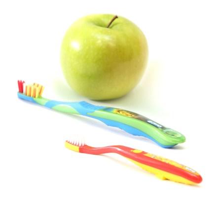 Apfel und Zahnbürsten