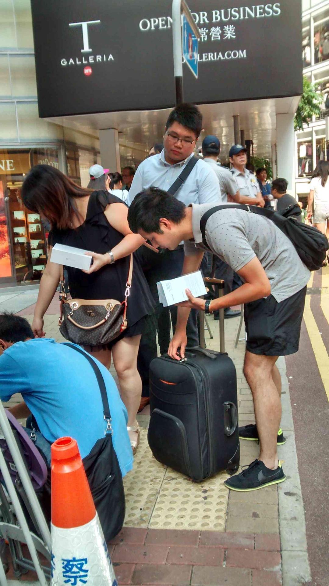 iPhone 6 sold on sidewalk in Hong Kong