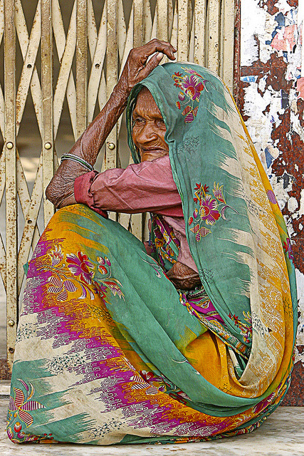 leveiomeutempo:</p> <p>MUJER SENTADA by titoalfredo on Flickr.<br />