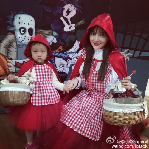 Li Xiaolu and daughter as Little Red Riding Hood