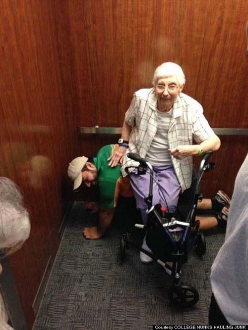 L'ascensore si blocca. Restano tutti bloccati dentro. Il giovane si mette a 4 zampe per far riposare la signora anziana.  La mia fiducia nell'umanità è stata ripristinata, almeno in parte. E la vostra?