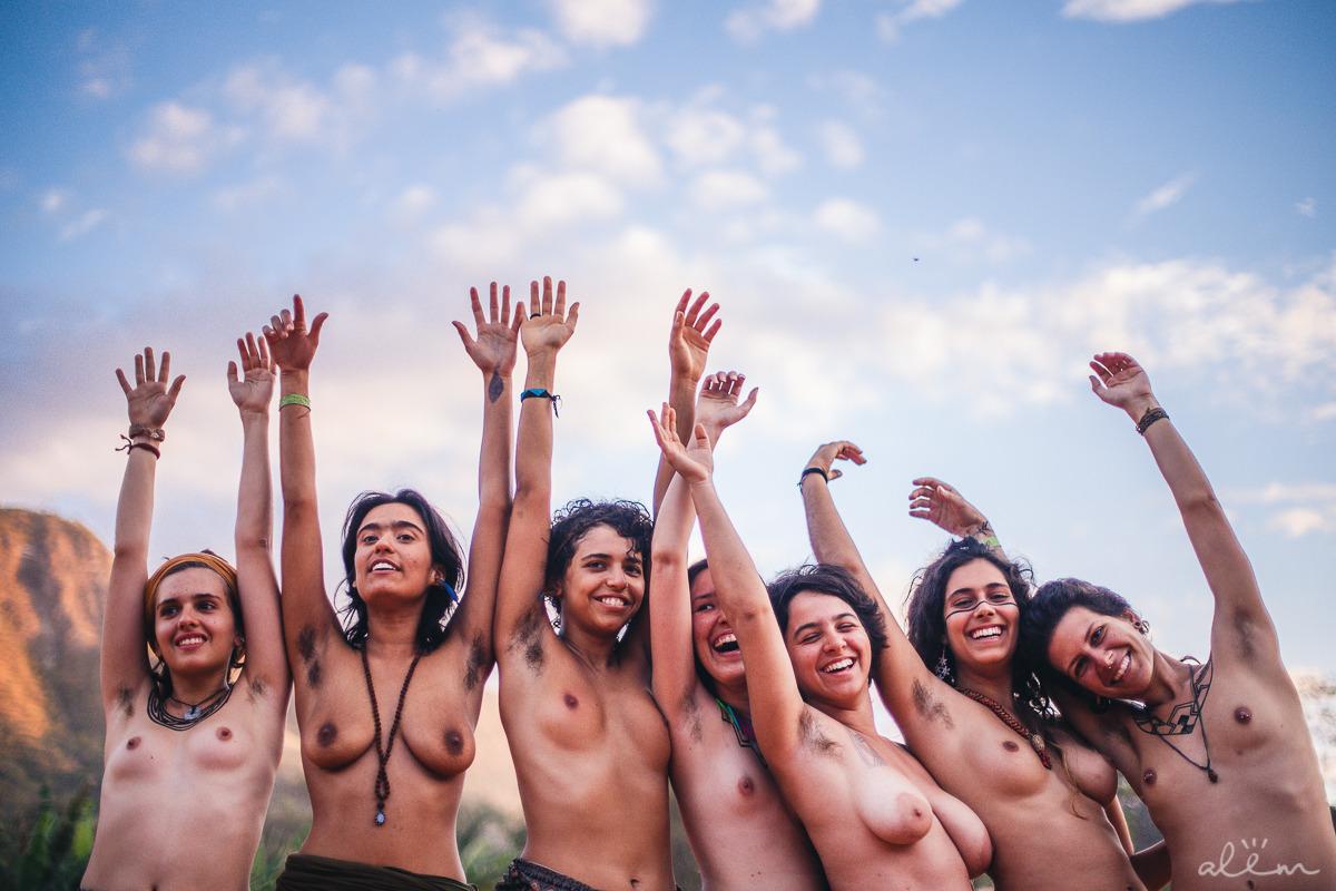 PELOS PELOS Ensaio político-poético, composto de imagens, que se propõe a causar reflexão sobre a naturalidade dos pelos em nossos corpos. É necessário pensar por que são geradores de tanto asco e por que nos mutilamos frequentemente para nos livrarmos deles. Compreendemos que vivemos em uma sociedade permeada por um machismo que corrói nossas relações e comportamentos, que define opressão cruel às mulheres. pelospelos.com.br