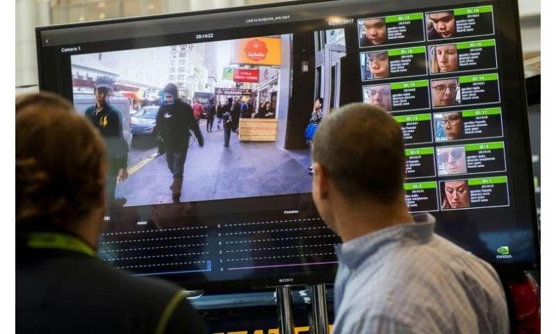 Una pantalla muestra un sistema de reconocimiento facial para la aplicación de la ley durante la Conferencia de Tecnología NVIDIA GPU en 2017 en Washingto