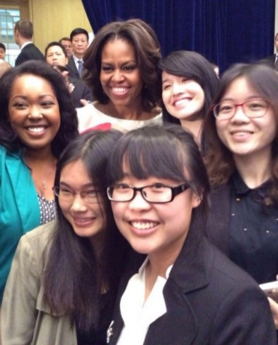 Peking 14- First Lady Michelle Obama and Peking University students pose for a photo.- Photo- Weibo screenshot