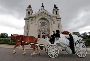 The funeral procession for Philando Castile passes the Cathedral of St. Paul where services will take place in St. Paul, Minnesota, July 14, 2016. REUTERS/Eric Miller