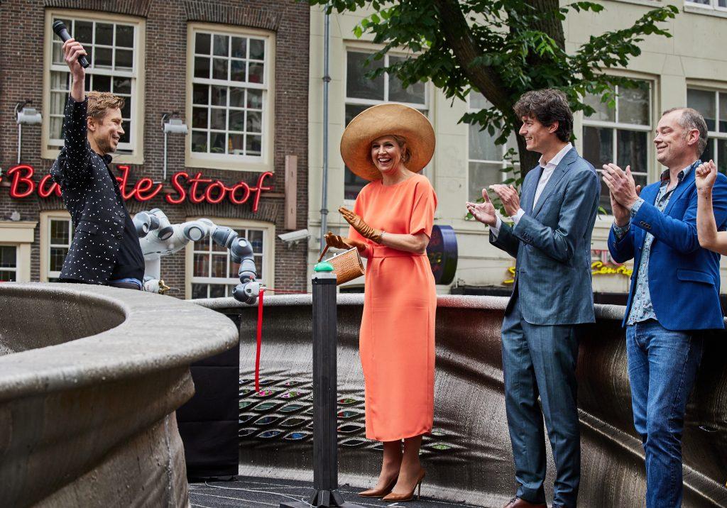 Queen Máxima opening the MX3D Bridge in Amsterdam's red light district. Photo via Jande Groen.