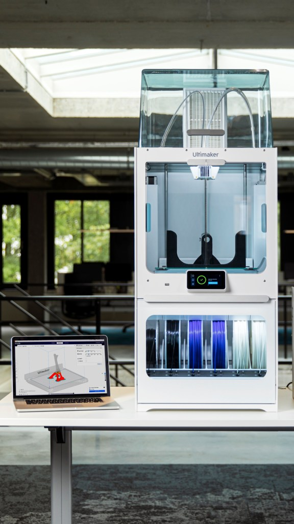 The Ultimaker S5 Pro Bundle with the new Air Manager and Material Station.