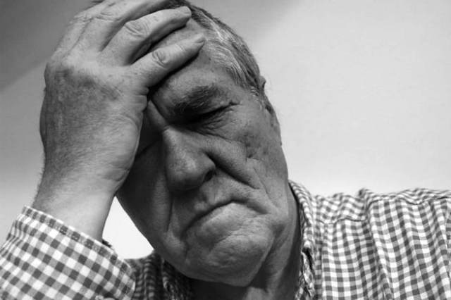 Senior having head ache   Heart Attack Signs You Should Know To Survive When You Are Alone