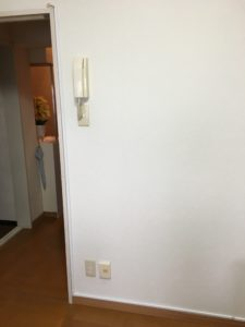 ドアの縁、床上の巾木にモールを使ってアンテナケーブルの配線すると目立たない。八幡西区