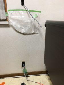 導通ワイヤーで壁の中にケーブルを通します。