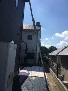 雨樋の支持金具の部分に転倒防止のロープを掛けて風ではしごが動かないようにします。