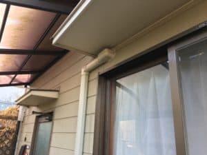 エアコンの配管穴を利用してアンテナケーブルを室内に引き込みます。