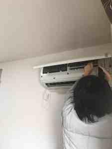 取り外し時、強制冷房機能が無いエアコンにはドライヤーで熱い風を当てる。