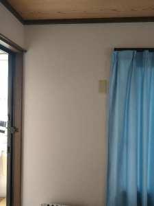 壁にはエアコン配管穴は空いていないように見えますが、クロスに隠れているだけで、実は空いています。