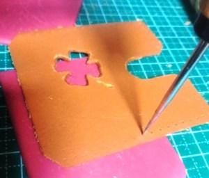 縫い穴を貫通させる