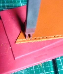 菱目打ちで均一な縫い穴を開ける