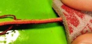 革の端をスポンジ研磨剤で平らにする