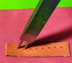 縫い穴の目印に2目菱目打ちを刺して菱形の縫い穴をつくる2