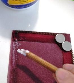 内布をつけるために接着剤を塗る