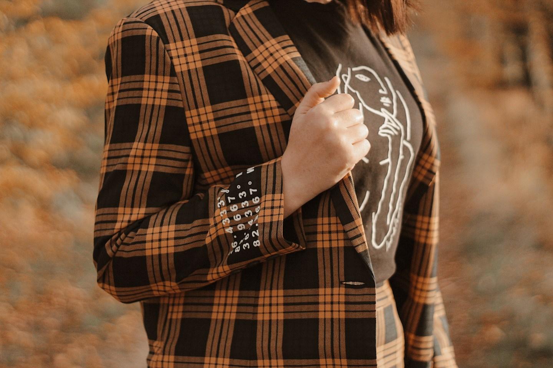 Suit: close-up van de blazer met coördinaten erop