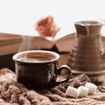 activiteiten: winterse foto: kop koffie en een boek