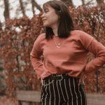 outfitpost: Elles met roze trui en gestreepte broek
