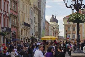 туристи на площі ринок у Львові