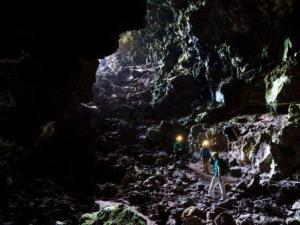 Лавова печера на Землі