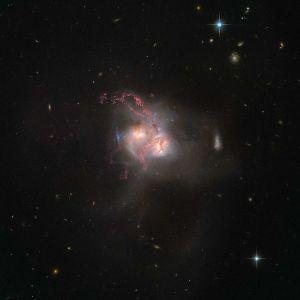 """""""Хаббл"""" сфотографував злиття двох галактик"""