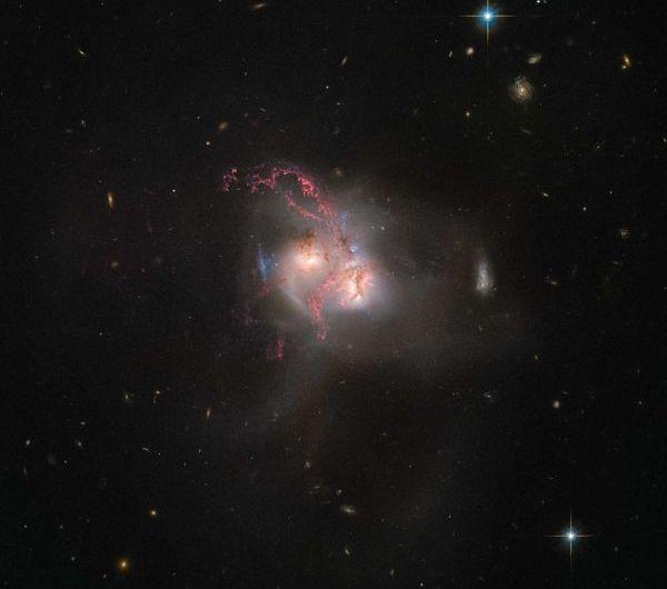 """""""Хаббл"""" сфотографував злиття галактик"""