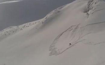У Карпатах на Драгобраті сноубордист утік від лавини - відео