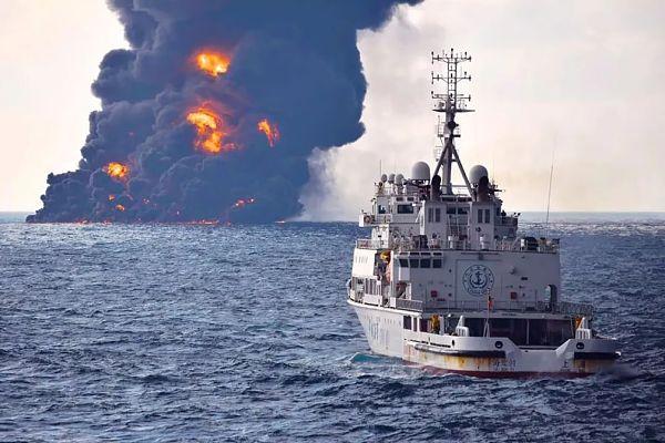 Дим і полум'я піднімаються з палаючого іранського нафтового танкера Sanchi