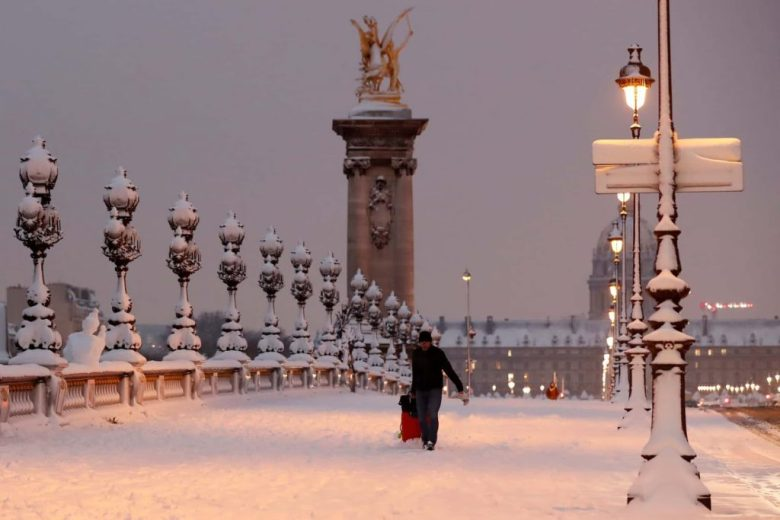 Засніжений Париж.