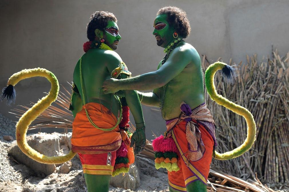 Чоловіки в костюмах божества - індійської мавпи Хануман