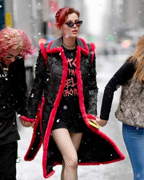 Актриса і модель Белла Торн на вулиці в засніженому Нью-Йорку