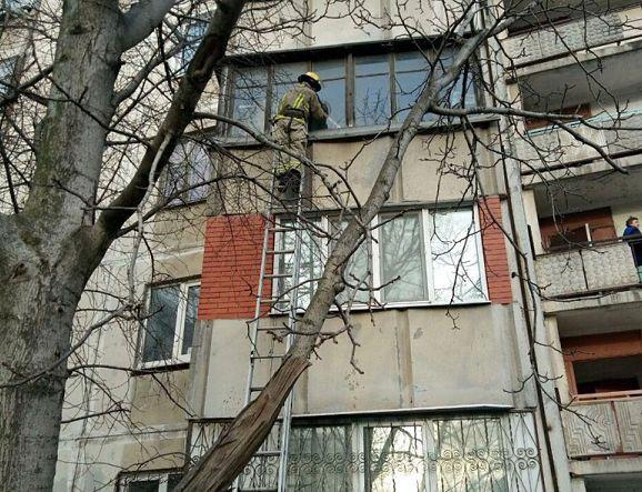 Рятувальники шукають доступу до хачинених у квартирі дітей
