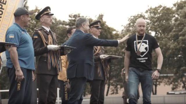 "Ветеран полку ""Азов""не потиснув руку Президенту Порошенкові"