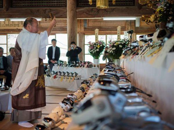 """У Японії урочисто відспівали """"померлих"""" роботів-собак"""