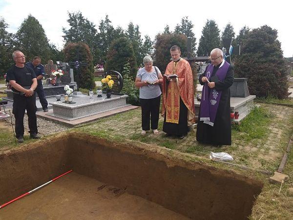 Священик УГКЦ молиться на місці зруйнованого пам'ятника УПА, де сьогодні тривають розкопки
