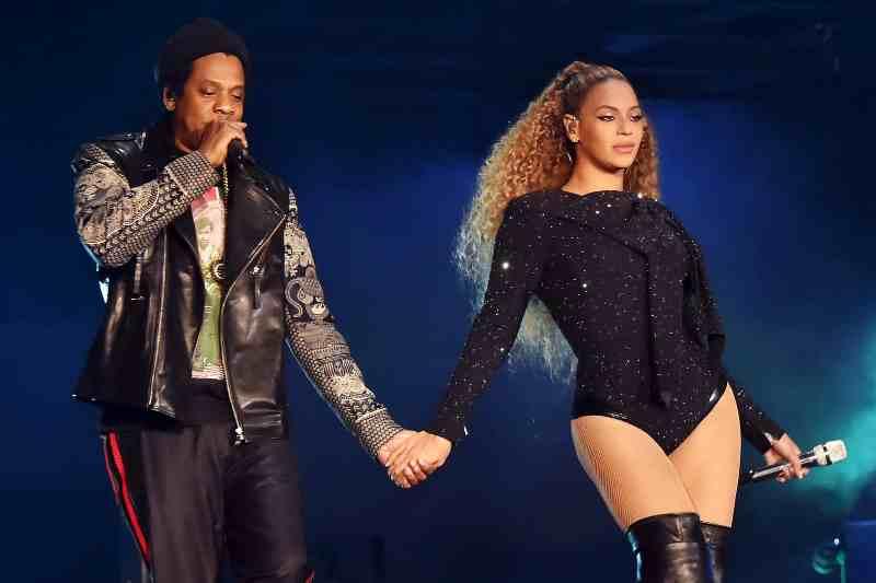 Jay-Z і Бейонс виступають на сцені стадіону Principality