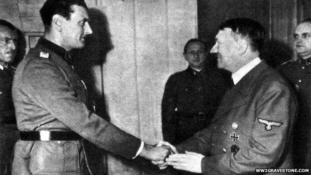 Скорцені отримує нагороду зрук Гітлера
