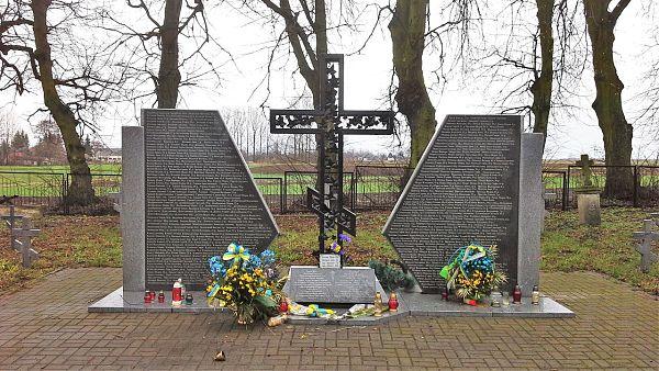 Меморіал закатованим поляками українцям у селі Сагринь