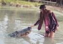 Фотосесія з алігатором-гігантом – вибір випускниці Техаського університету